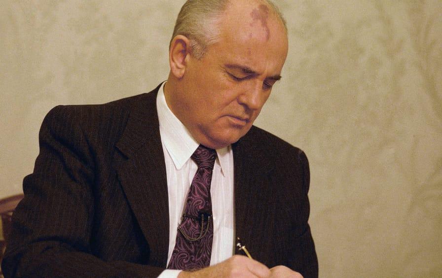 gorbachev_resigns_ap_img
