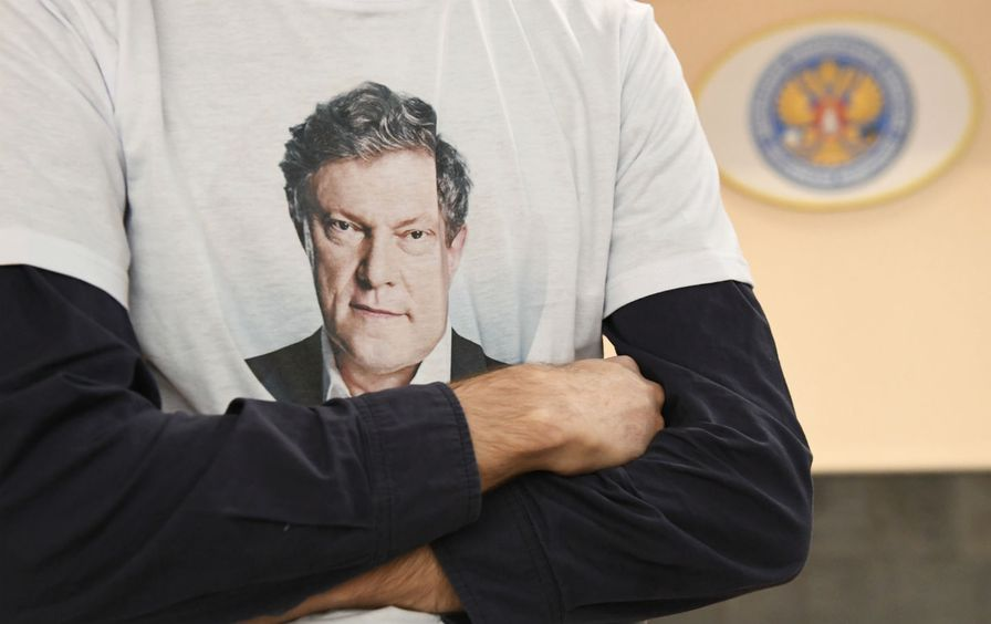 A supporter of presidential candidate Grigory Yavlinsky