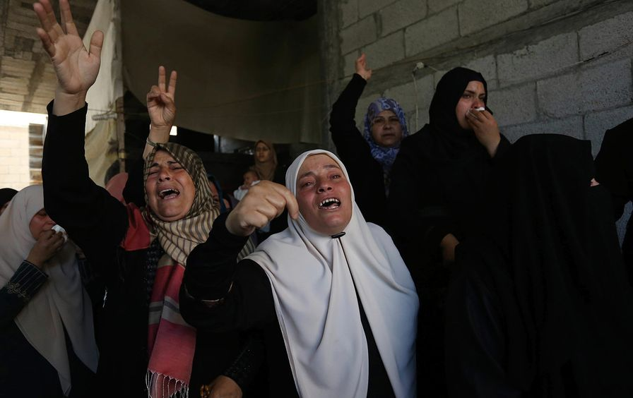 Relatives mourn Palestinian killed in clashes