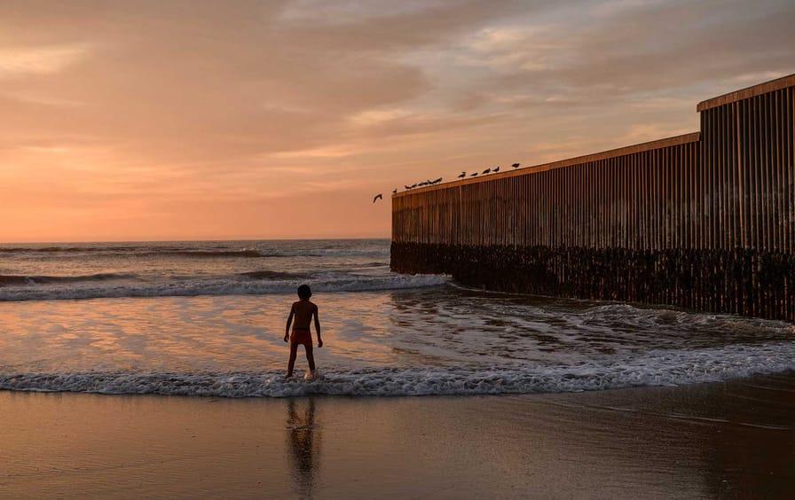 Child at US border fence