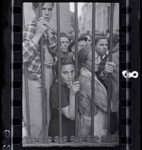 [Crowd at the gate of the morgue after the air raid, Valencia], May 1937