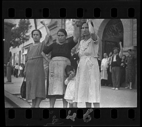 [Spectators at the funeral parade of General Lukacs, Valencia], June 16, 1937