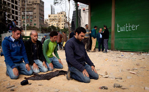 praying at tahrir