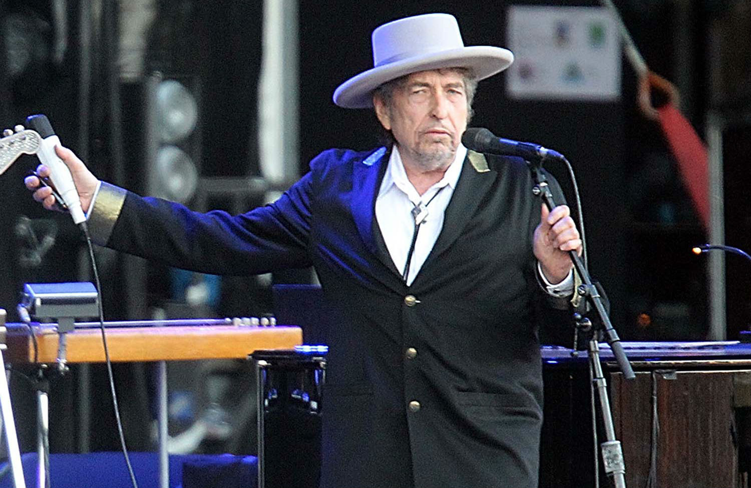 Bob-Dylan-performing-in-Carhaix-France-2012