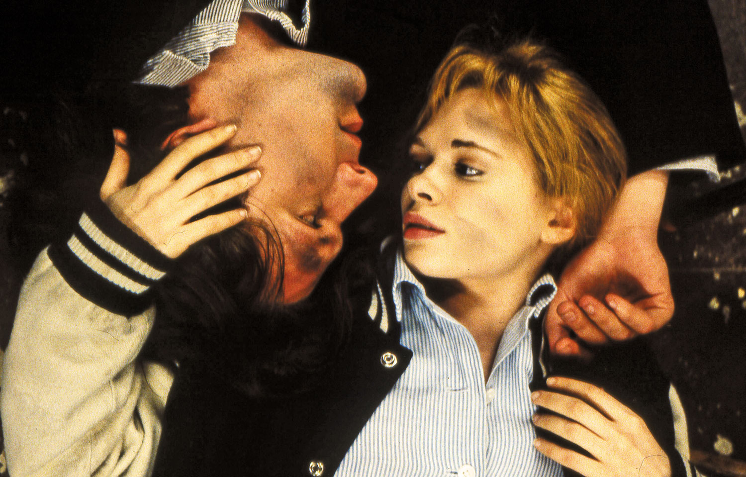 Martin-Donovan-as-Matthew-and-Adrienne-Shelly-as-Maria-in-Trust