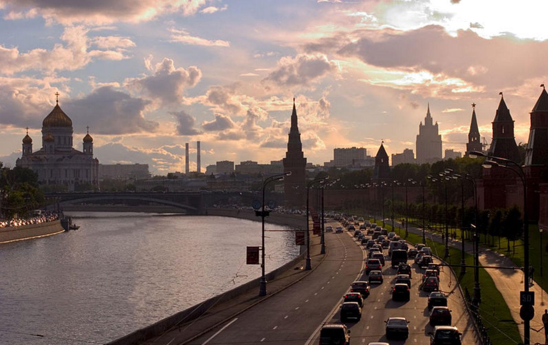 Kremlevskaya-Naberezhnaya-street-and-Moscow-skyline