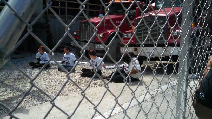 pemActivists-with-Trauma-Center-Now-block-the-entrance-of-a-University-of-Chicago-hospital-construction-site-on-Monday-May-19-2014.-a-hrefhttpstwitter.comSHEUChicagostatus468419841955614721photo1-target_blankStudents-for-Health-Equityaemp