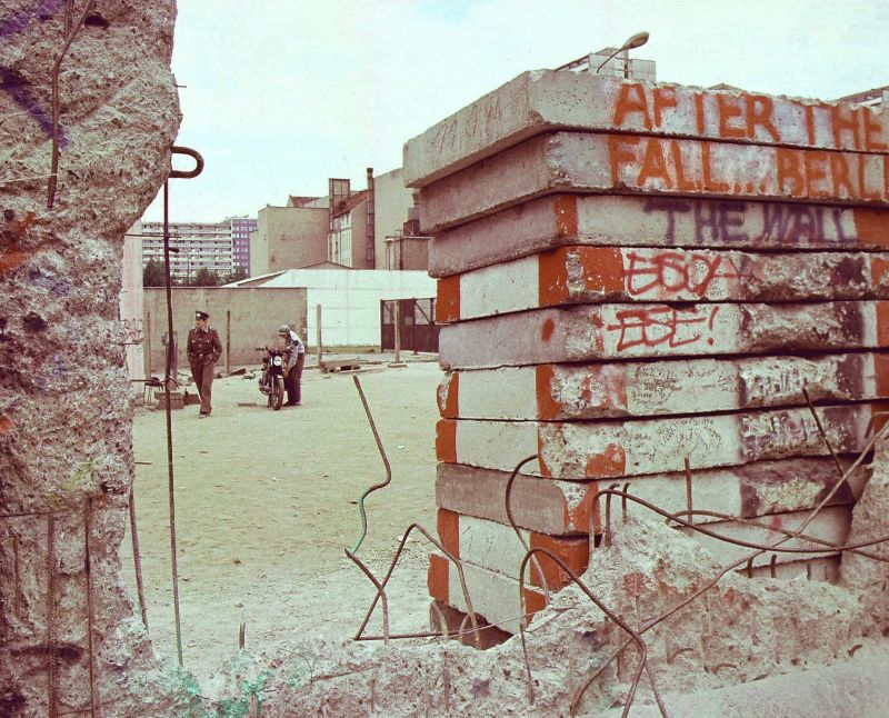 The-Berlin-Wall-in-1990