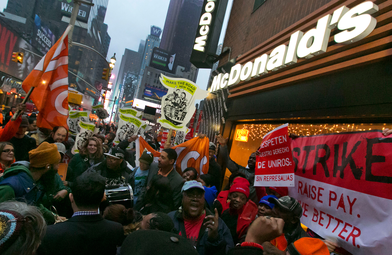 Fast-food-workers-on-strike