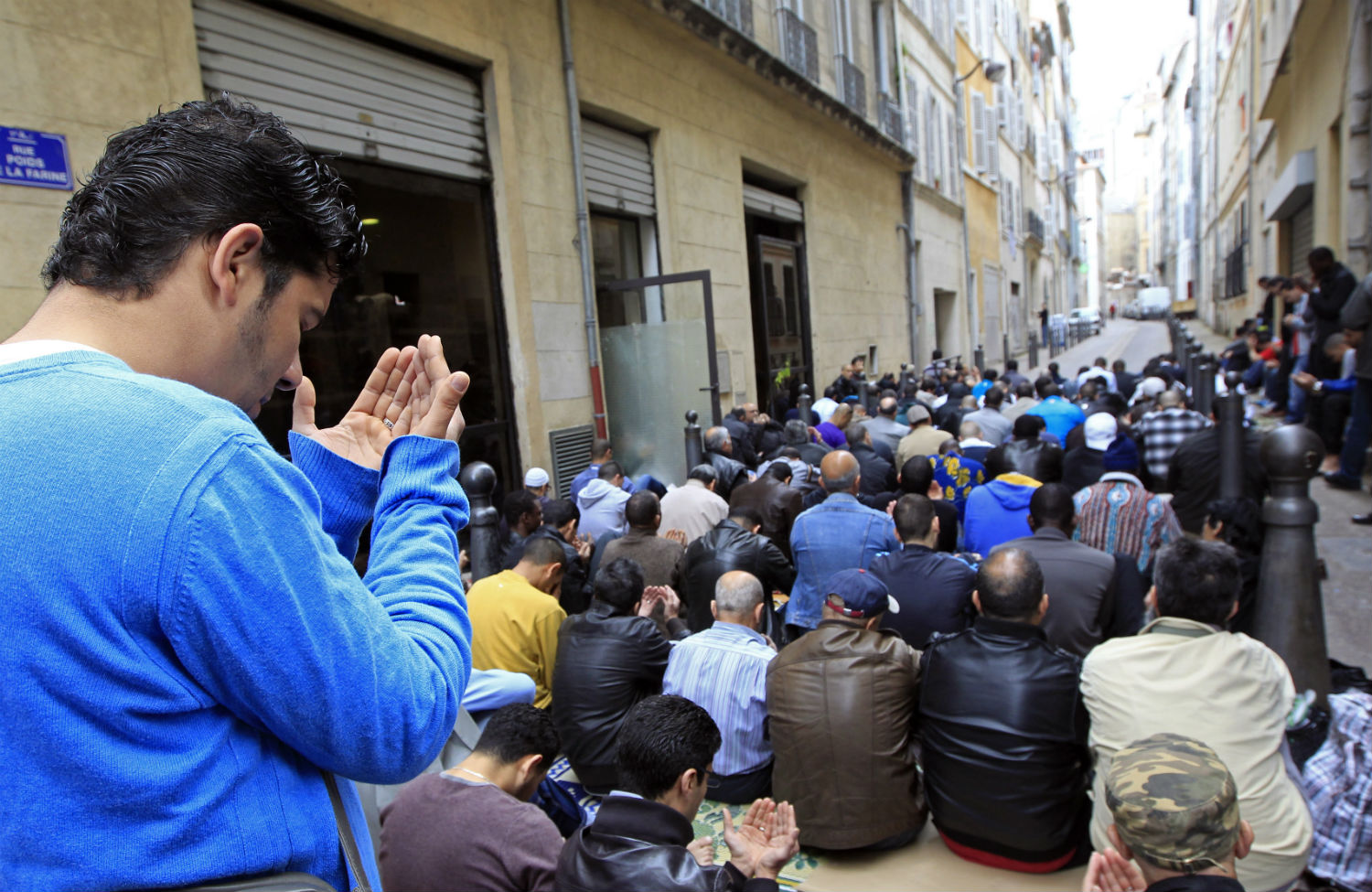 Muslims-pray-near-the-al-Quds-mosque-in-Marseille-France