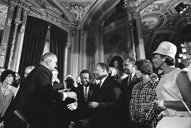 Lyndon-Johnson-signs-the-Voting-Rights-Act