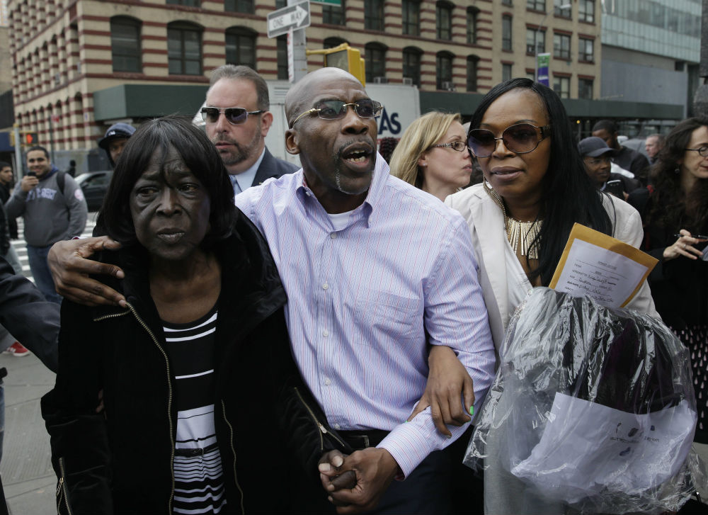 pemJonathan-Fleming-center-exits-the-courthouse-with-his-mother-Patricia-Fleming-left-and-his-ex-wife-Valerie-Brown-in-New-York-Tuesday-April-8-2014.-AP-ImagesSeth-Wenigemp