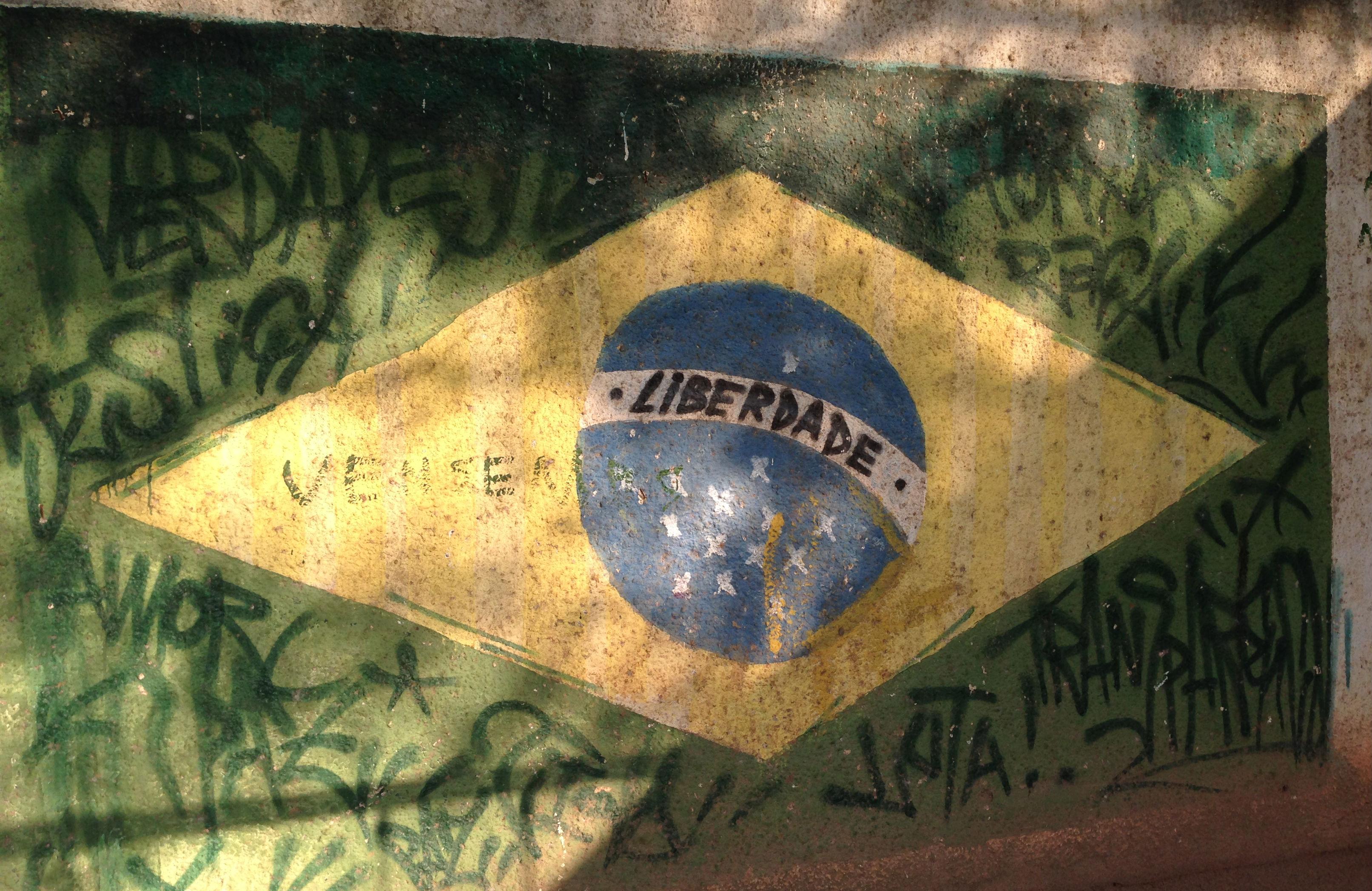 Graffiti-on-the-walls-of-Vila-Autódromo