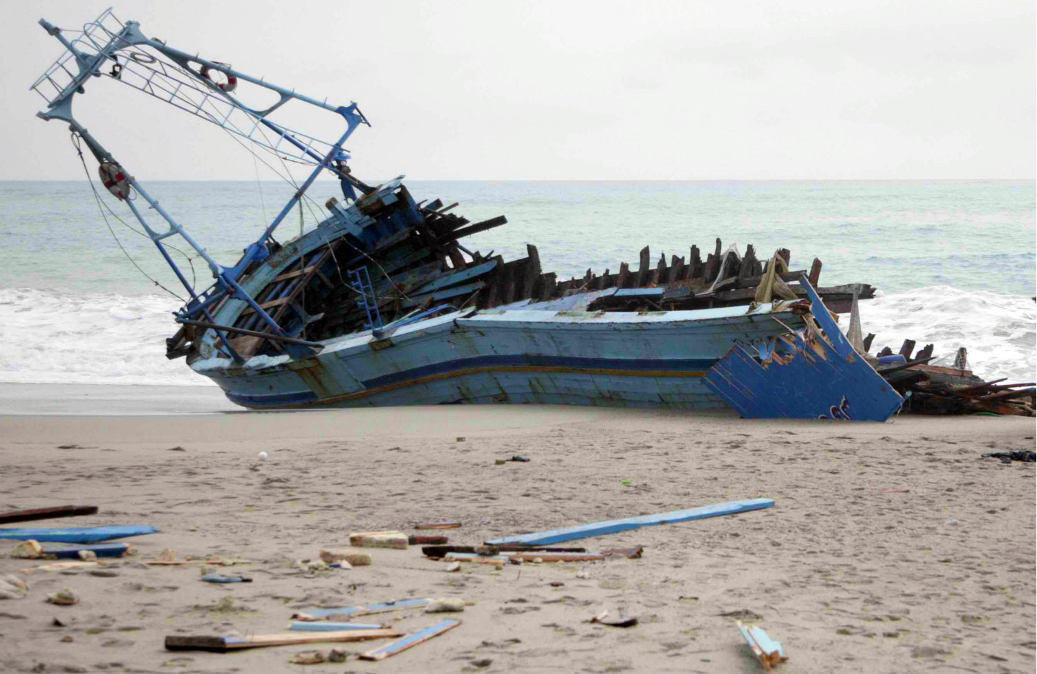 Migrant-ship-on-Calabrian-beach