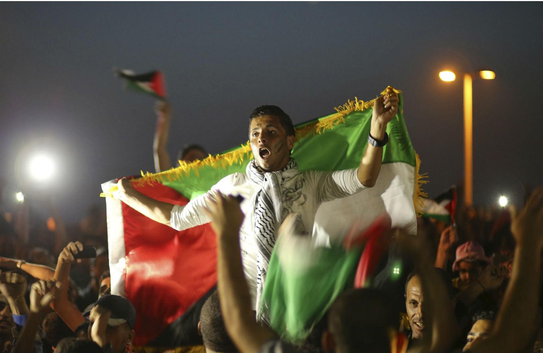Palestinians-soccer-fans