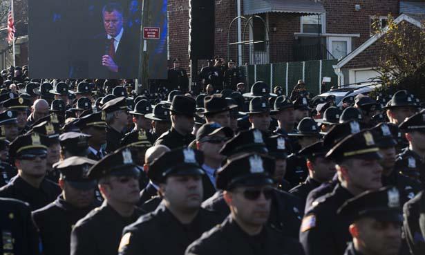 NYPD-officers-turn-their-backs-on-Mayor-de-Blasio
