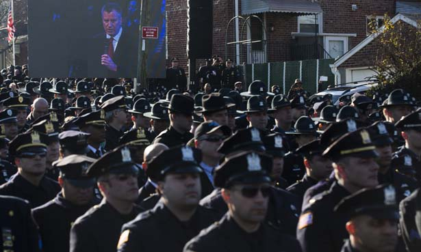 NYPD-officers-turn-their-backs-on-Mayor-de-Blasio