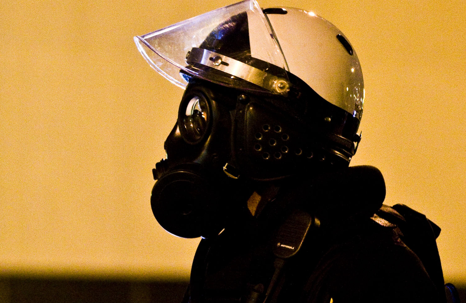 Police-wearing-gas-mask