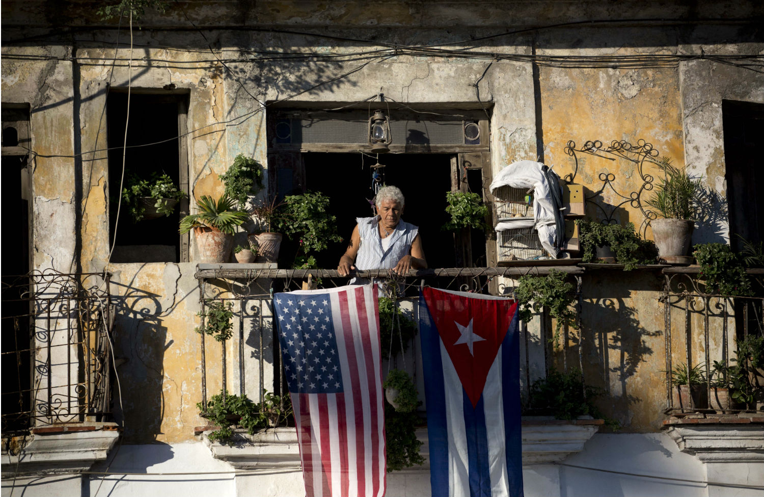 American-and-Cuban-flags-on-balcony