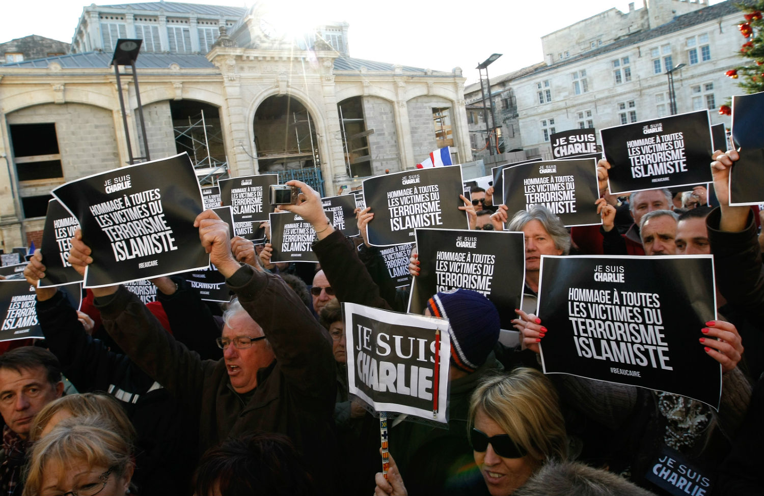 Marine-Le-Pen-supporters-hold-I-am-Charlie-placards