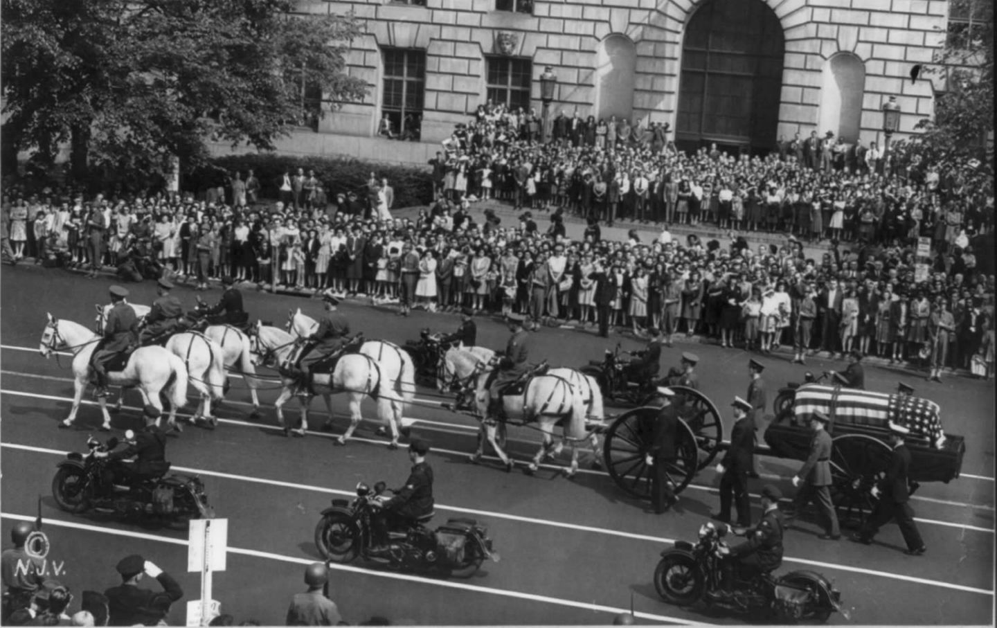 president franklin d roosevelt dies the nation franklin roosevelt s funeral procession headed down pennsylvania avenue in washington d c 1945 nearly 300 000 people came to pay their respects