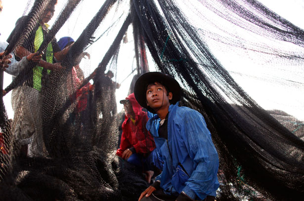 Migrant-workers-sail-out-of-Mahachai-Thailand
