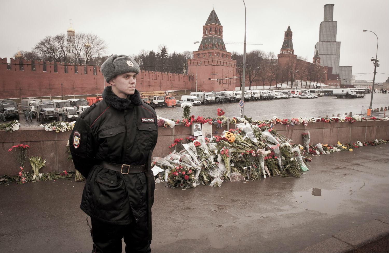 Police-officer-and-Boris-Nemtsov-memorial