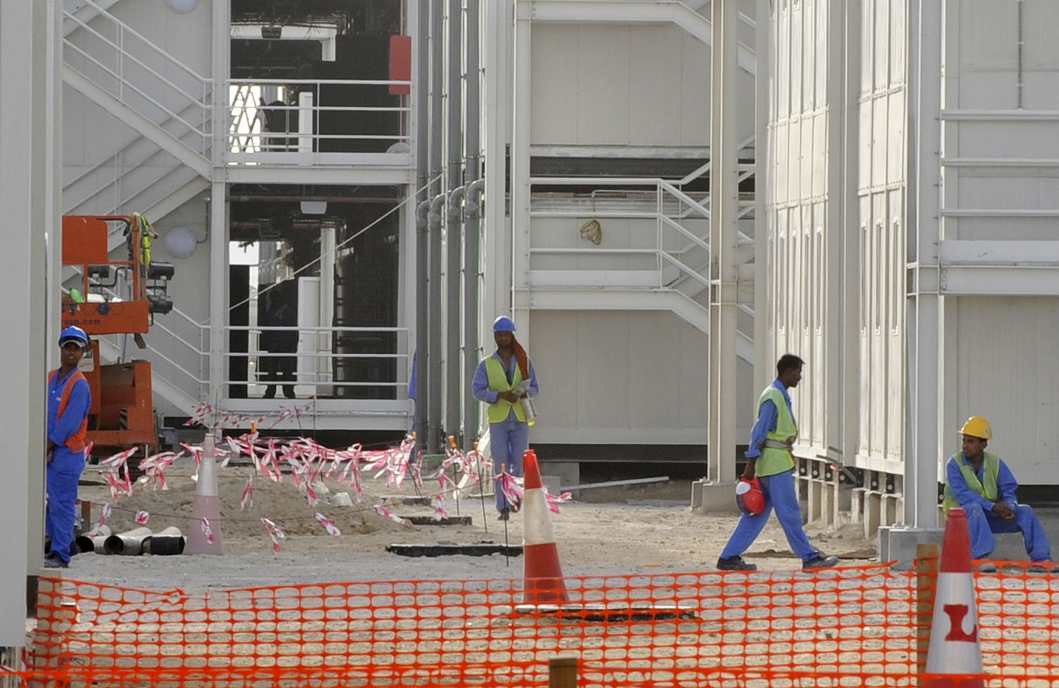 Construction-workers-in-Abu-Dhabi