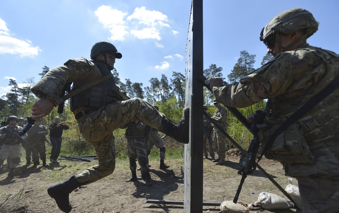 A-US-army-serviceman-trains-Ukrainian-soldiers