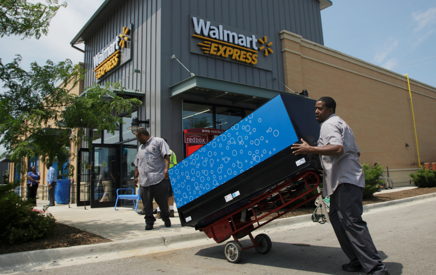 retail-workers-at-Walmart