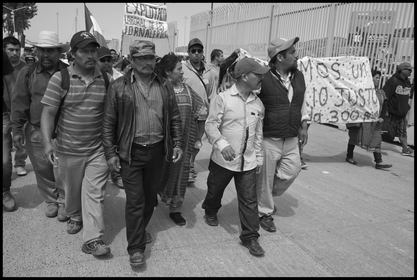 The leaders of the striking farm workers in San Quintin Valley took busses to the US-Mexico border to draw attention to the fact that the tomatoes and strawberries they pick are exported to the US.