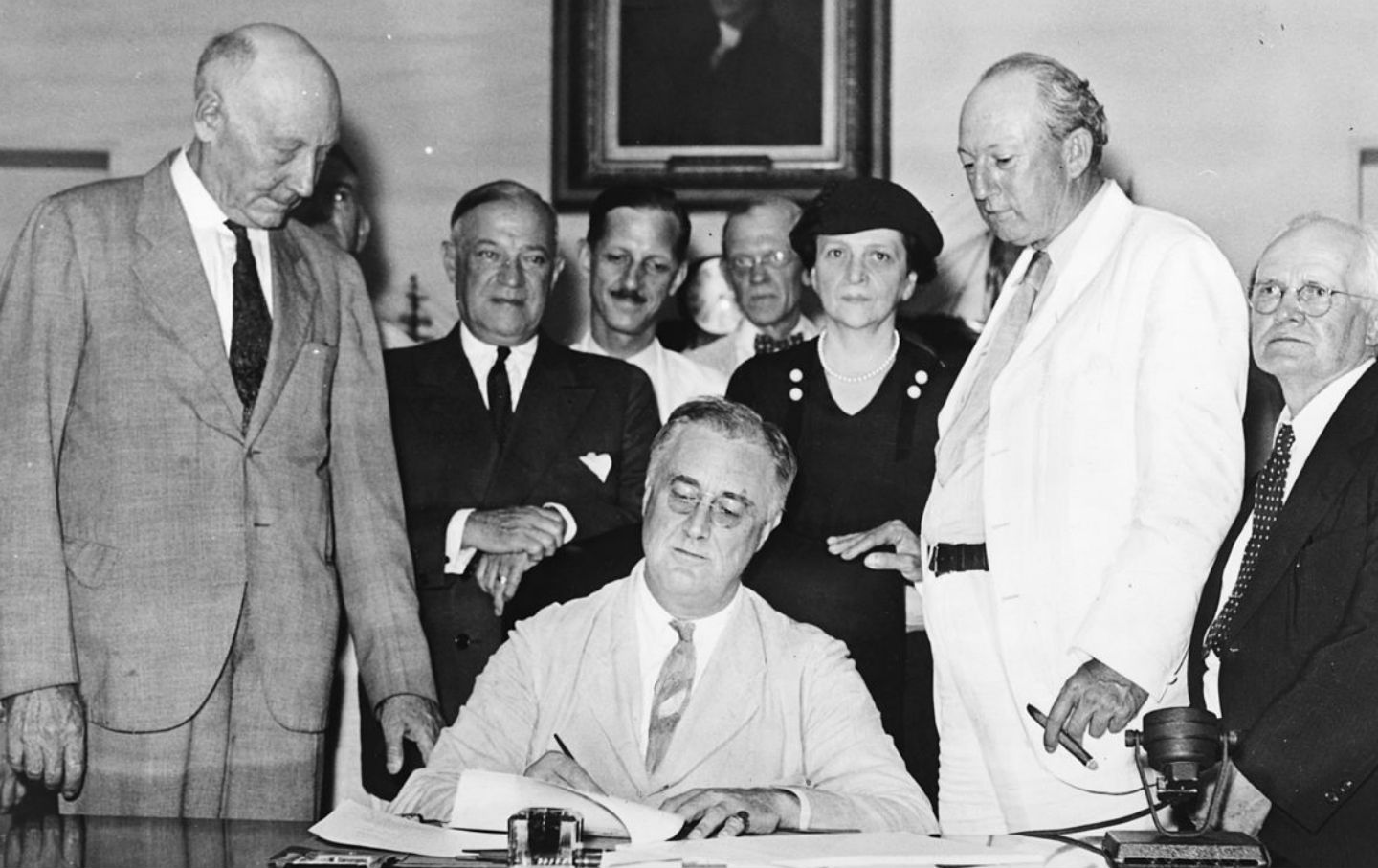 roosevelt_signing_social_security_act_loc_img