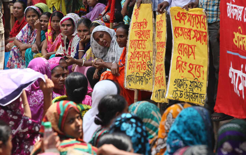 Bangladeshi garment workers rally in Dhaka, demanding salary increases and an Eid al-Adha bonus, September 17, 2015.