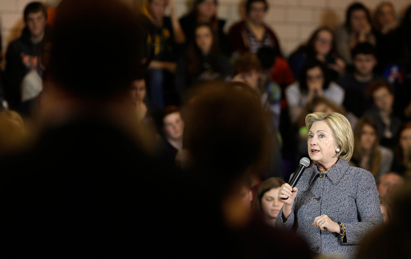 hillary_clinton_in_crowd_ap_img