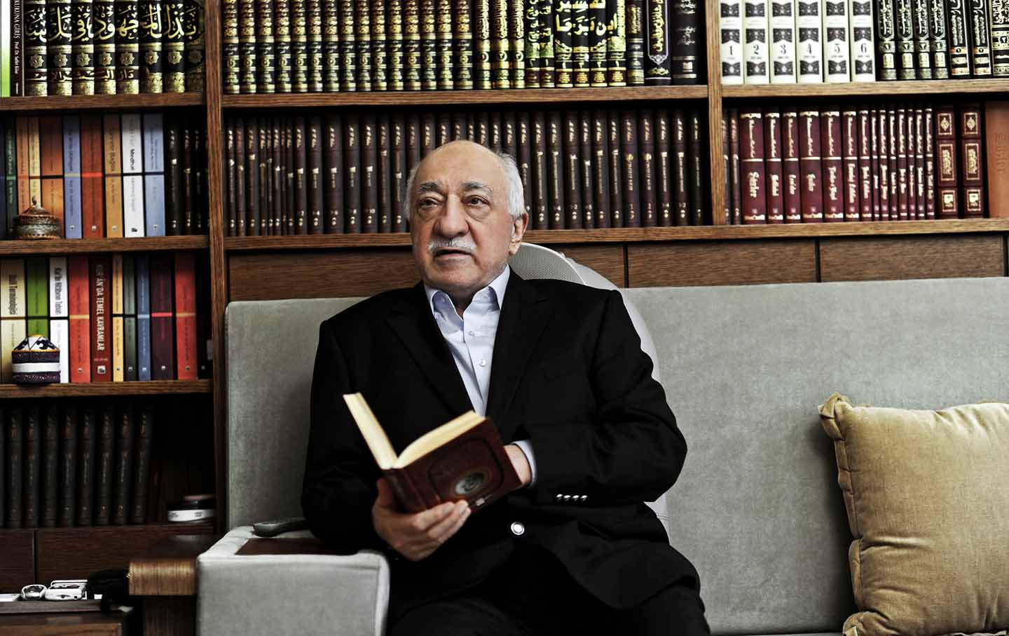 Fethullah Gulen reading