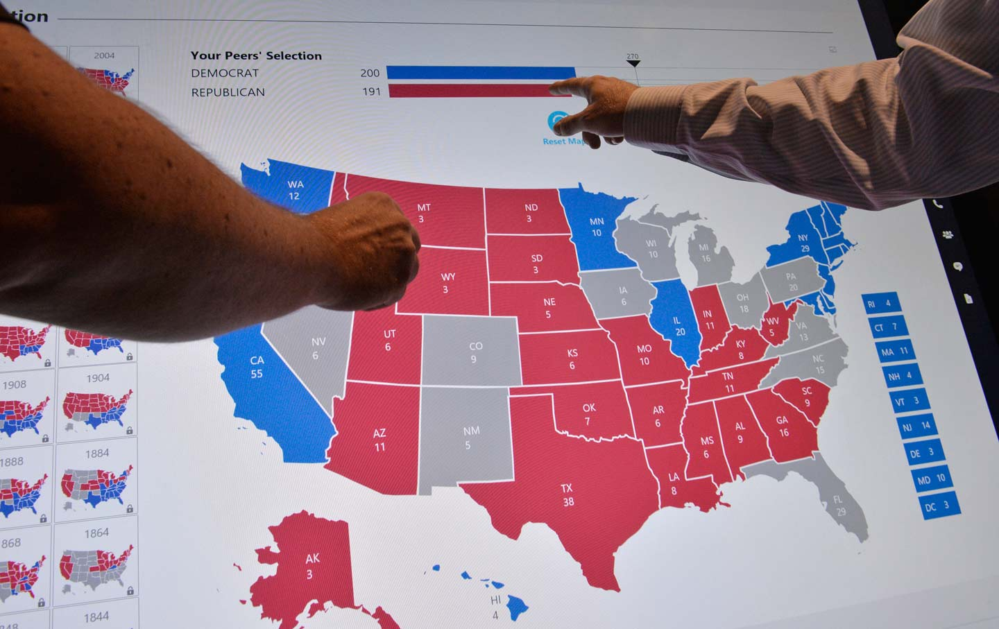 delegates point to an electoral map at the democratic national convention philadelphia pennsylvania july 27 2016 reuters charles mostoller
