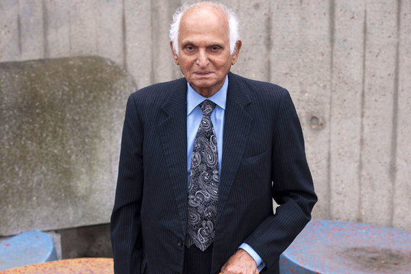 Intizar Husain standing with cane