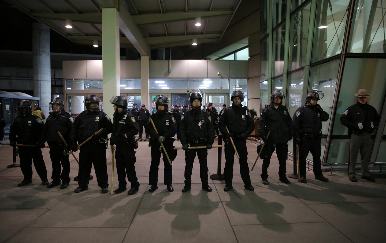 JFK_Muslim_Ban_protest_police_rtr_img