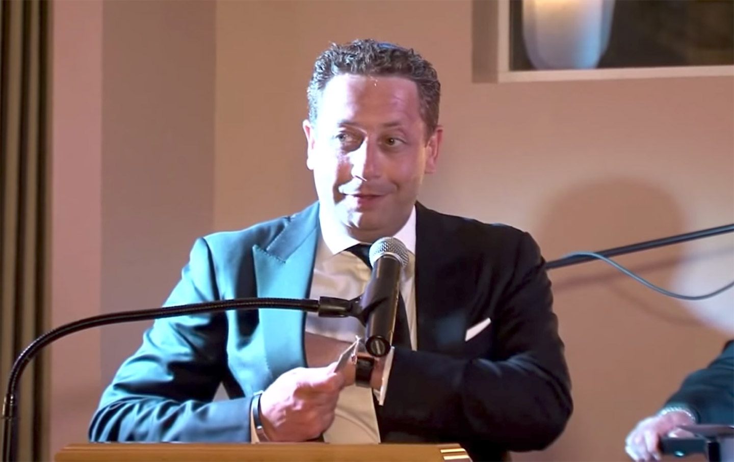 Felix Sater speaks at the Chabad of Port Washington in 2014.