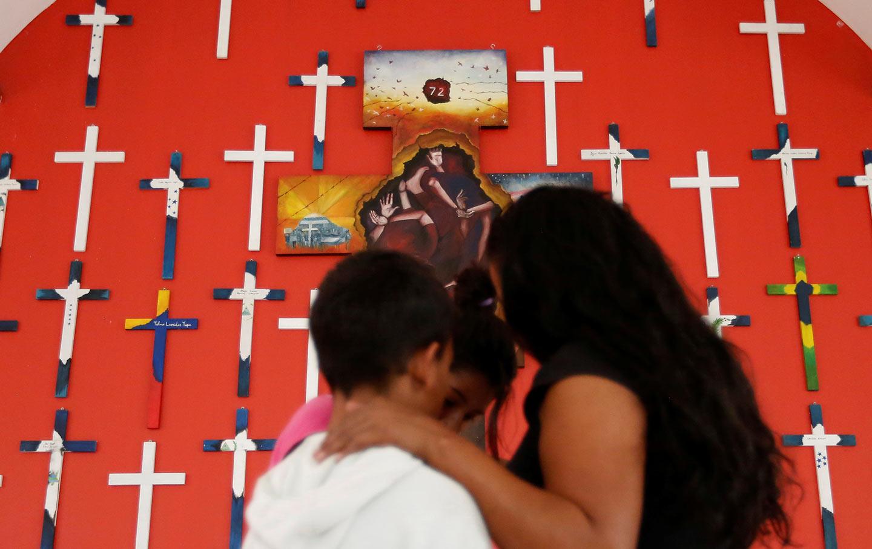 Migrant family seeks shelter la 72
