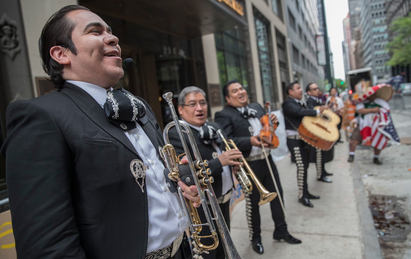 Mariachi-protest-aaron-schlossberg-ap-img