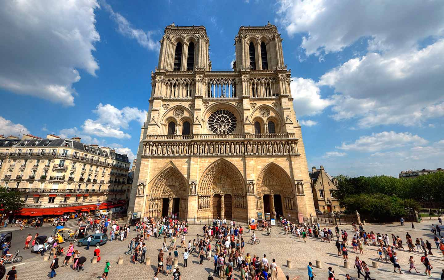 notre-dame-crowd-cc-img
