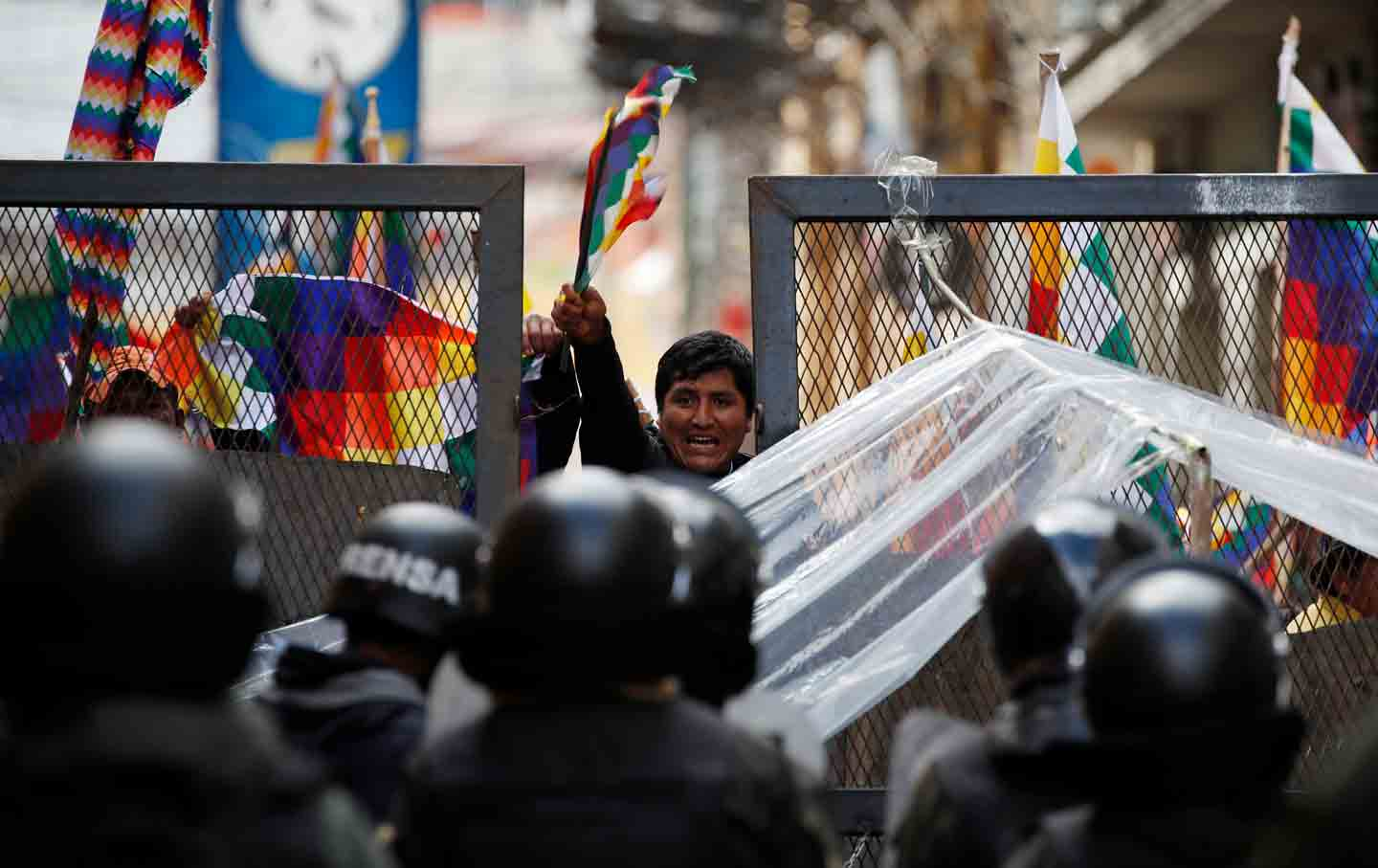 Police block Bolivian protesters