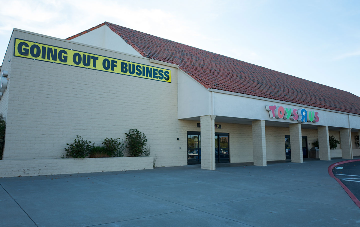 toys-r-us-bankrupt-empty-lot-gt-img