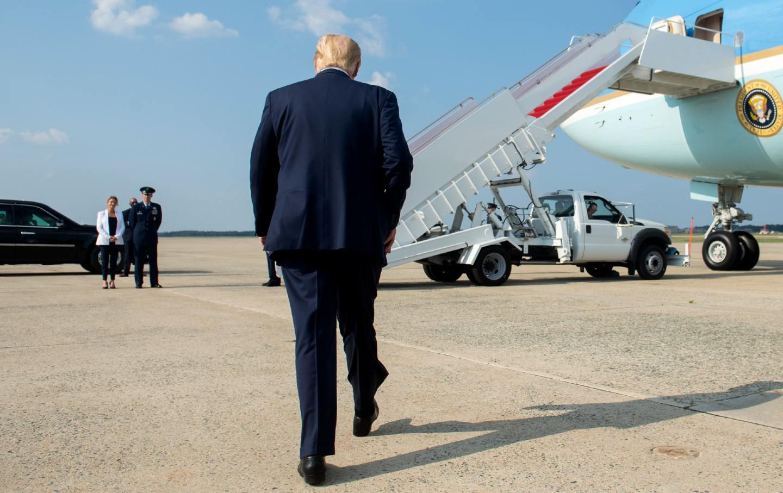 Donald Trump walks toward Air Force One