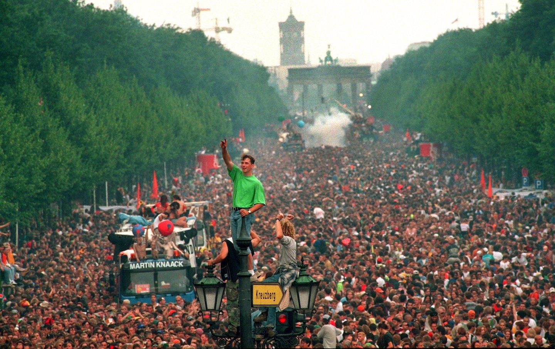 Love Parade bricht Rekorde - 600000 Techno-Fans in Berlin